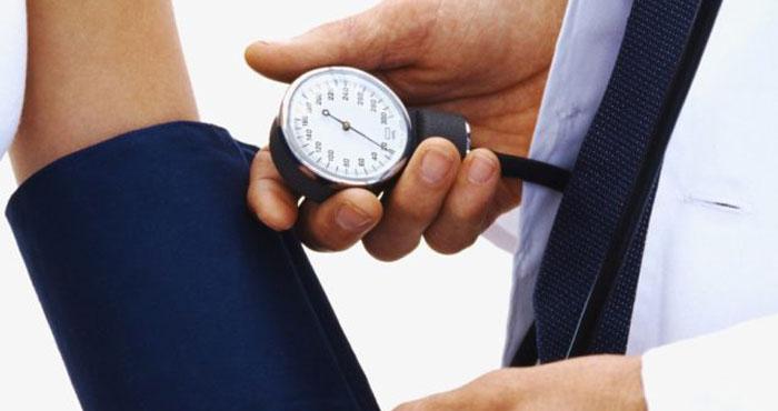Как сахар в крови влияет на давление: повышает или понижает его?
